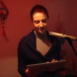 Madda durante la grabación, siguiendo el texto en el iPad