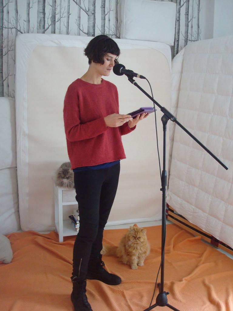 Maialen durante la grabación de la voz del cuento sobre la dislexia en euskera, vigilada por los gatos Grizz y Moritz.